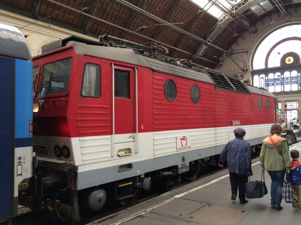 列車でブダペストからチェコのプラハへ