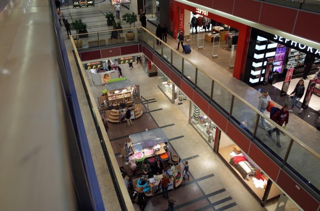 クラクフの駅とショッピングセンター